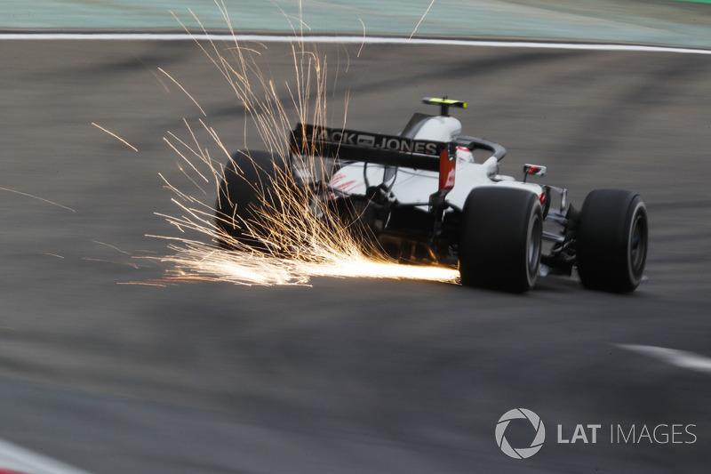 Des étincelles volent de la voiture de Kevin Magnussen, Haas F1 Team VF-18 Ferrari