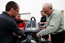 Jeff Horton, Director de Ingeniería / Seguridad de INDYCAR, instala un parabrisas en el automóvil Indy 2018 en preparación para la primera prueba