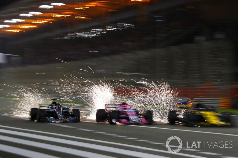 Lewis Hamilton, Mercedes AMG F1 W09, batallas con Esteban Ocon, Force India VJM11 Mercedes, Nico Hulkenberg, Renault Sport F1 Team R.S. 18, y Fernando Alonso, McLaren MCL33 Renault