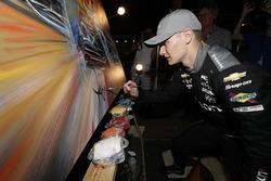 Race winner Josef Newgarden, Team Penske Chevrolet, signing the Bill Patterson live painting presented to the winner