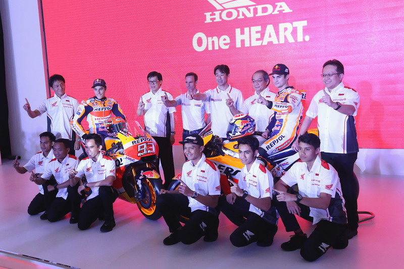 Marc Marquez, Repsol Honda Team, Dani Pedrosa, Repsol Honda Team con dei membri di Astra Honda