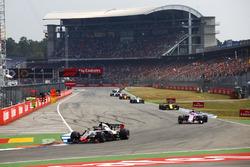 Romain Grosjean, Haas F1 Team VF-18, delante de Sergio Perez, Force India VJM11, Carlos Sainz Jr., Renault Sport F1 Team R.S. 18, y Charles Leclerc, Sauber C37
