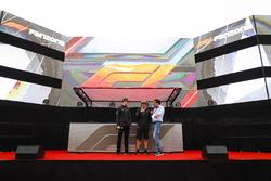 Stoffel Vandoorne, McLaren ve Fernando Alonso, McLaren, sahnede röportaj veriyorlar