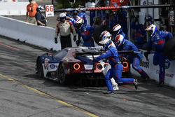#66 Chip Ganassi Racing Ford GT, GTLM: Dirk Muller, Joey Hand, pit stop