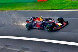Max Verstappen, Red Bull Racing RB14, fait des étincelles