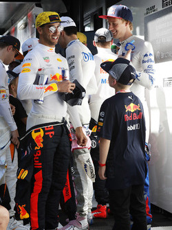 Daniel Ricciardo, Red Bull Racing, andBrendon Hartley, Toro Rosso, meet the grid kids