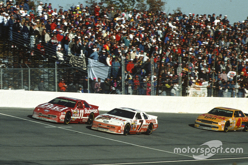 Alan Kulwicki battles with Bill Elliott