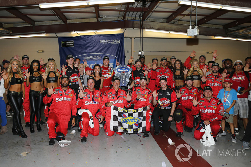 Kyle Busch, Joe Gibbs Racing, Toyota Camry Skittles Red White & Blue, festeggia nella victory lane