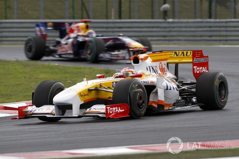 Fernando Alonso, Renault F1 Team R29 devance Mark Webber, Red Bull Racing RB5