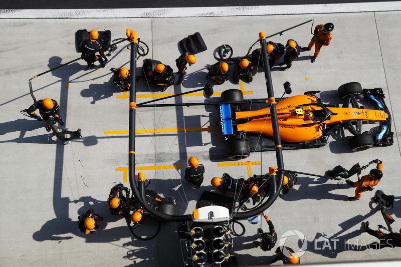 Stoffel Vandoorne, McLaren MCL33 Renault, dans les stands