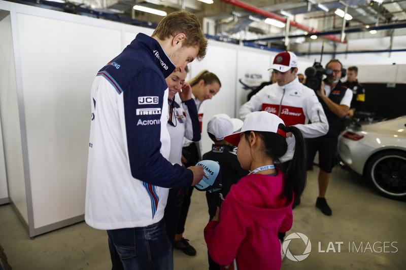 Sergey Sirotkin, Williams Racing, signe des autographes pour de jeunes fans