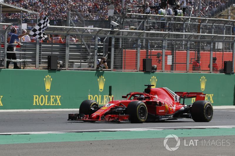 Le vainqueur Sebastian Vettel, Ferrari SF71H passe sous le drapeau à damier