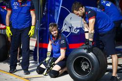 Toro Rosso mechanics perform a practice pit stop