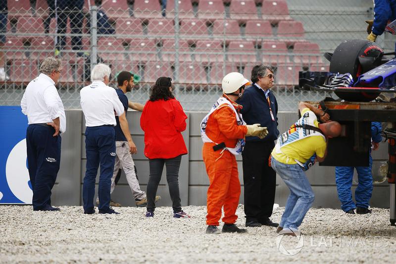 Charlie Whiting, Race Director, FIA, et un autre membre de la FIA inspectent les barrières endommagées après l'accident de Brendon Hartley, Toro Rosso STR13
