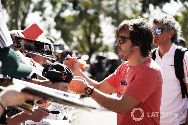 Fernando Alonso imza dağıtıyor