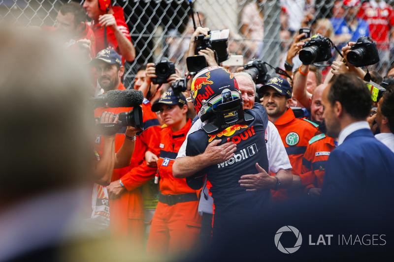 Победитель Даниэль Рикардо и спортивный консультант Red Bull Хельмут Марко