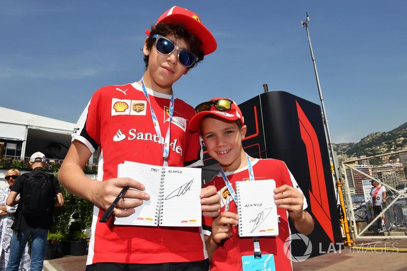 Des fans de Ferrari avec Fernando Alonso, McLaren