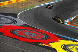 Carlos Sainz Jr., Renault Sport F1 Team R.S. 18 y Kevin Magnussen, Haas F1 Team VF-18