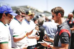 Ромен Грожан, Haas F1 Team, роздає автографи