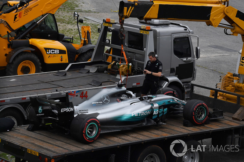 The carshed car of Lewis Hamilton, Mercedes-Benz F1 W08 is recovered in Q1