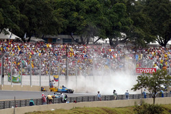 Fernando Alonso, Renault F1 Team R23 seduto a terra dopo l'icidente