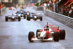 David Coulthard, McLaren MP4/11B, Michael Schumacher'in yedek kaskı ile yarışıyor