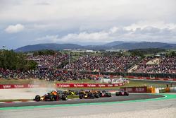 Max Verstappen, Red Bull Racing RB14, Daniel Ricciardo, Red Bull Racing RB14, Kevin Magnussen, Haas F1 Team VF-18, Romain Grosjean, Haas F1 Team VF-18, the reainder of the field at the start of the race