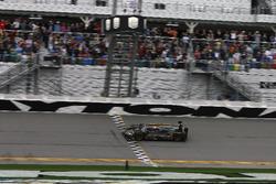 Bandera a cuadros para el #5 Action Express Racing Cadillac DPi: Joao Barbosa, Filipe Albuquerque, Christian Fittipaldi