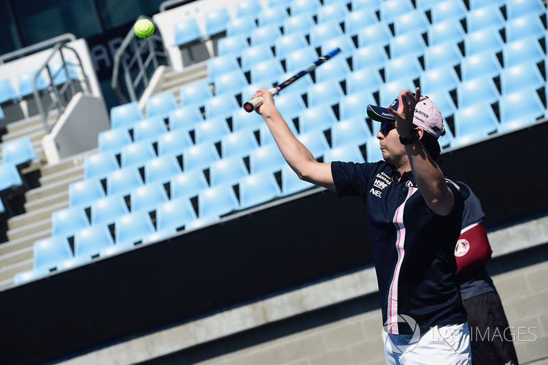 Sergio Perez, Force India juega al tenis en Melbourne Park