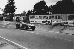 Jose Froilan Gonzalez, Maurice Trintignant, Ferrari 375 Plus passes Innocente Baggio. Ferrari 375 MM Berlinetta tries to dig his car out of the Tertre Rouge sand trap