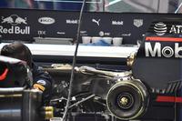 Механики Red Bull Racing меняют силовую установку на автомобиле Даниэля Риккардо