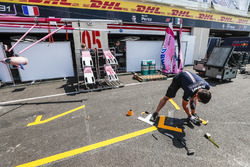 Force India teamleden bereiden zich voor in de pits