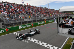 Lewis Hamilton, Mercedes-AMG F1 W09 takes the chequered flag waved by Winnnie Harlow (CDN)