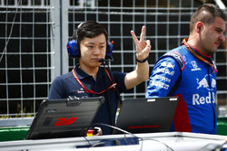 Un ingeniero de Toro Rosso Honda en la parrilla