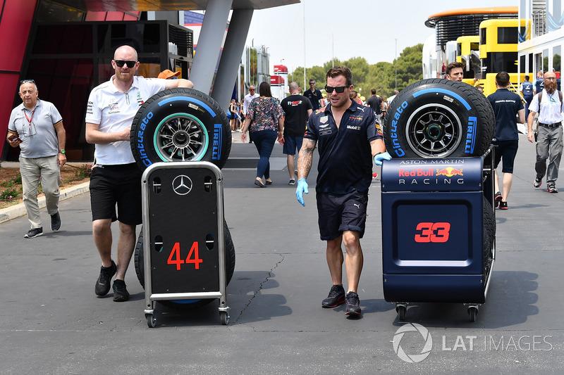 Meccanici Red Bull Racing e Mercedes AMG F1 e pneumatici Pirelli
