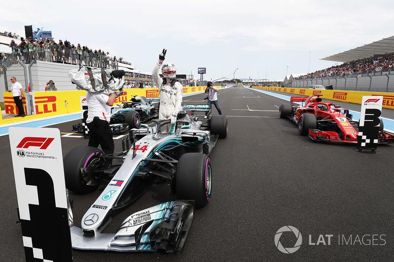 Ganador de la pole Lewis Hamilton, Mercedes AMG F1 W09, celebra
