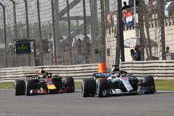 Lewis Hamilton, Mercedes-AMG F1 W09 EQ Power+ y Daniel Ricciardo, Red Bull Racing RB14