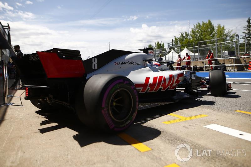 Romain Grosjean, Haas F1 Team VF-18, lascia il garage