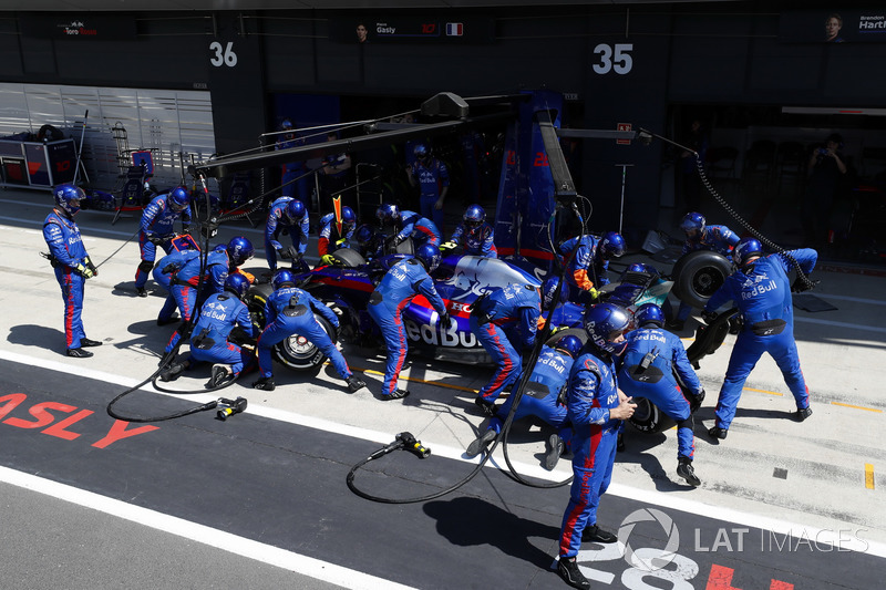 Pierre Gasly, Toro Rosso STR13, pit stop