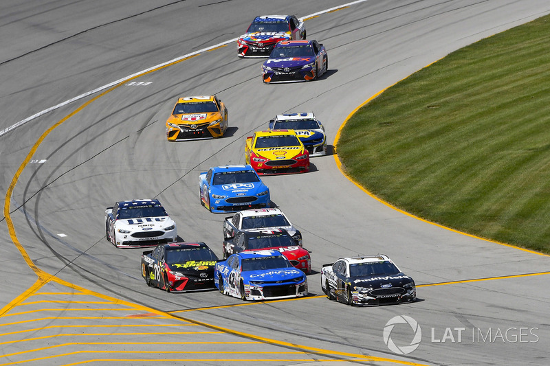 Aric Almirola, Stewart-Haas Racing, Ford Fusion Smithfield e Kyle Larson, Chip Ganassi Racing, Chevrolet Camaro Credit One Bank