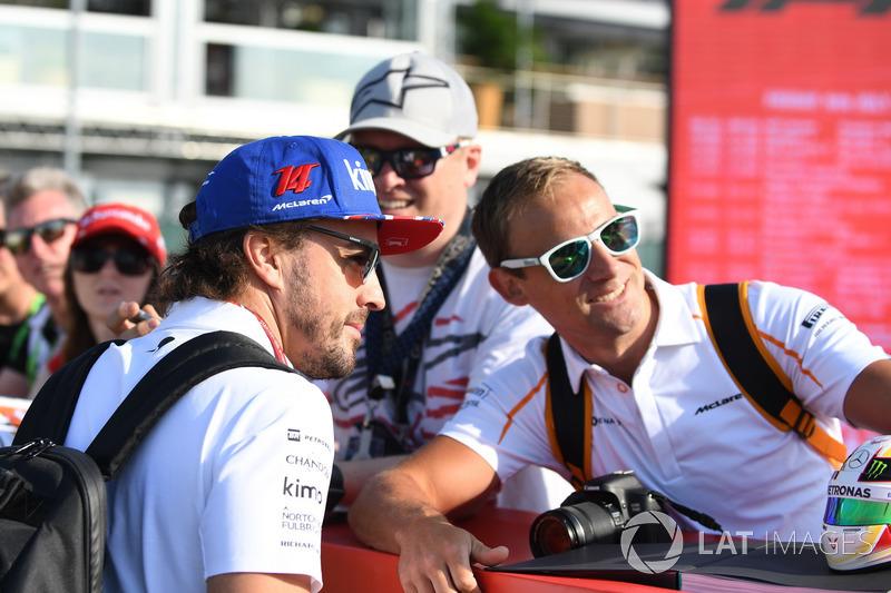 Fernando Alonso, McLaren, posa per un selfie con un tifoso