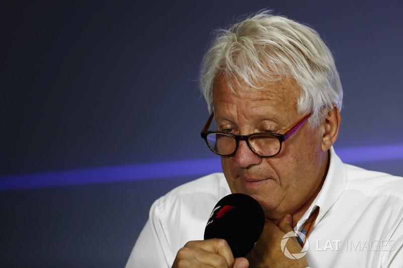 Charlie Whiting, Director de carrera de la FIA celebra una conferencia de prensa