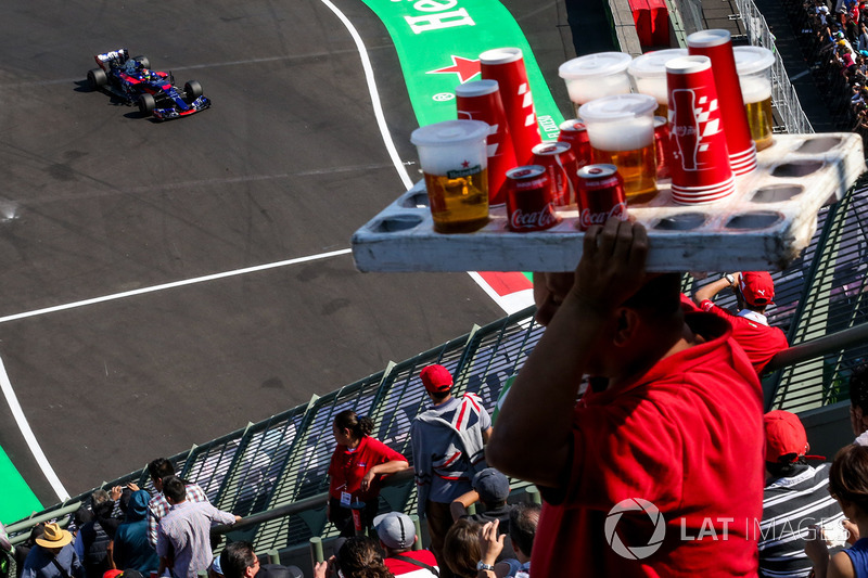 Brendon Hartley, Scuderia Toro Rosso STR12 e um vendedor de cerveja
