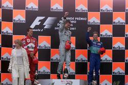 Podium: ganador, David Coulthard, McLaren, segundo, Michael Schumacher, Ferrari F1, tercero, Nick Heidfeld, Sauber