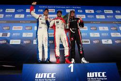 Подиум: победитель Муди Беннани, Sébastien Loeb Racing, второе место – Том Чилтон, Sébastien Loeb Racing, третье место – Роб Хафф, All-Inkl Motorsport