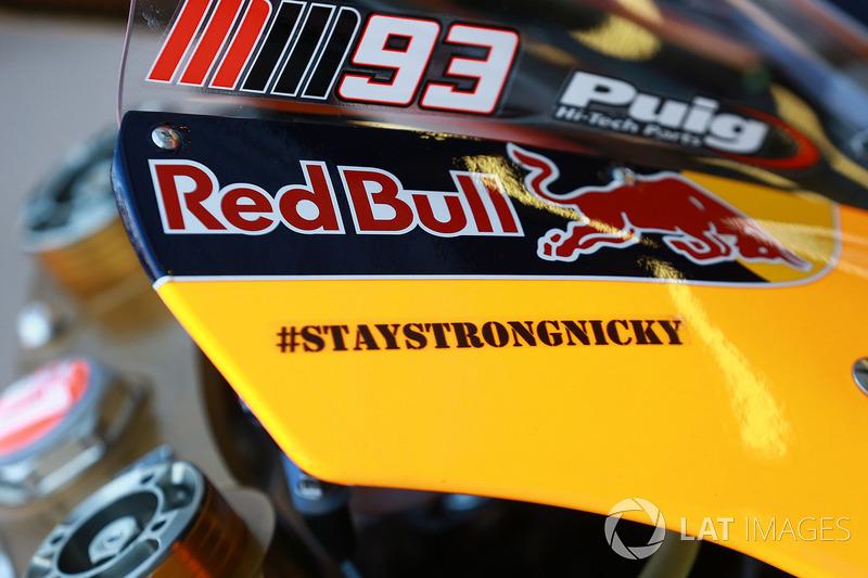 Un autocollant pour Nicky Hayden sur le casque de Marquez