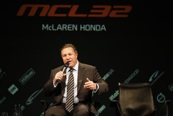 Zak Brown, McLaren Technology Group Direktörü, sahnede medya ile