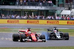 Sebastian Vettel, Ferrari SF70H, con una foratura all'anteriore