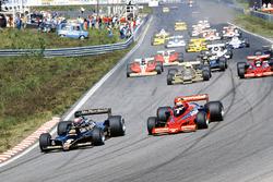 Mario Andretti, Lotus 79 Ford, voor Niki Lauda, Brabham BT46B Alfa Romeo, Riccardo Patrese, Arrows FA1 Ford , en John Watson, Brabham BT46B Alfa Romeo, tijdens de start