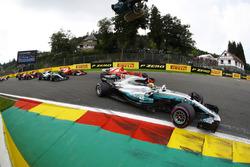 Lewis Hamilton, Mercedes AMG F1 W08, Sebastian Vettel, Ferrari SF70H, Valtteri Bottas, Mercedes AMG F1 W08, Kimi Raikkonen, Ferrari SF70H, Max Verstappen, Red Bull Racing RB13 and Daniel Ricciardo, Red Bull Racing RB13, at the start